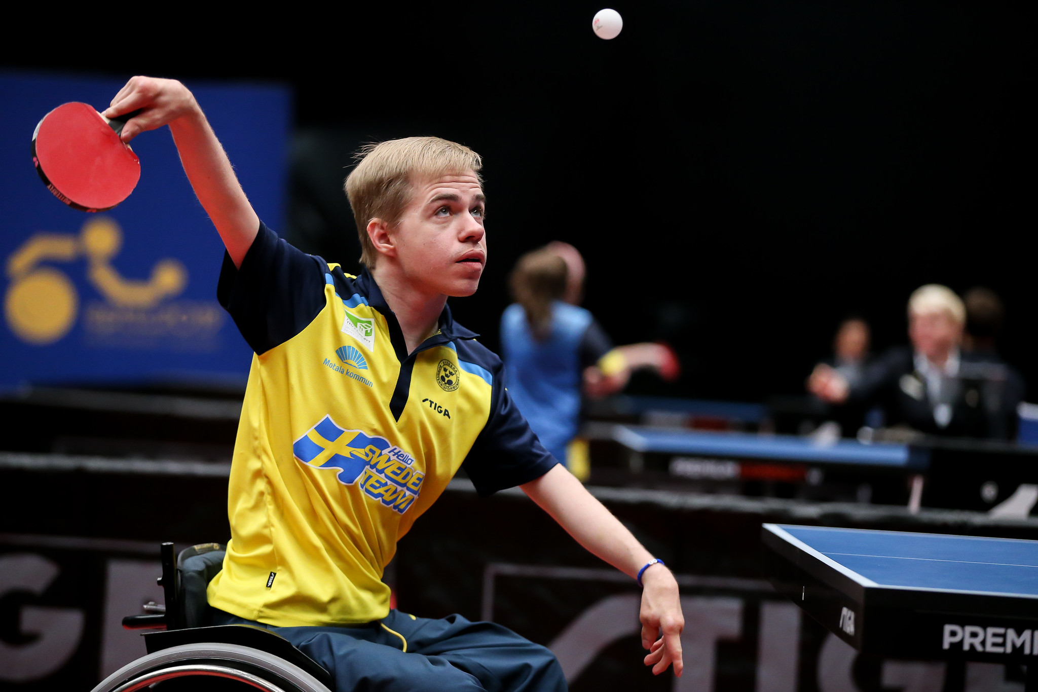 Bordtennisspelaren Alexander Öhgren har kastat upp bollen och höjer sitt rack för att slå iväg den.