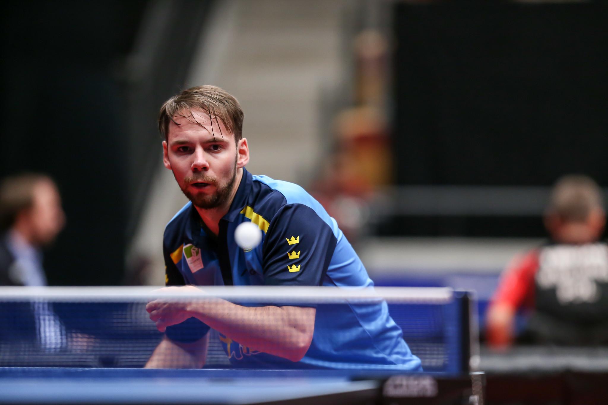 Bordtennisspelaren Emil Andersson gör sig redo att slå till bollen.