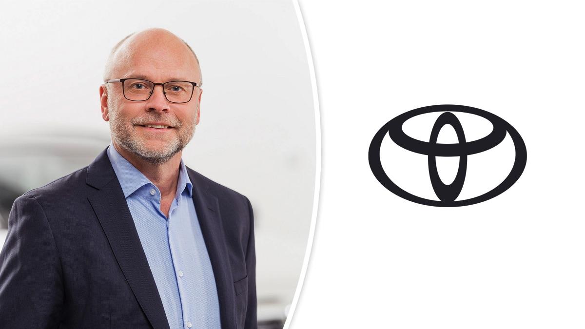 Jan Casserlöv, marknadschef på Toyota, och Toyotas logotyp.