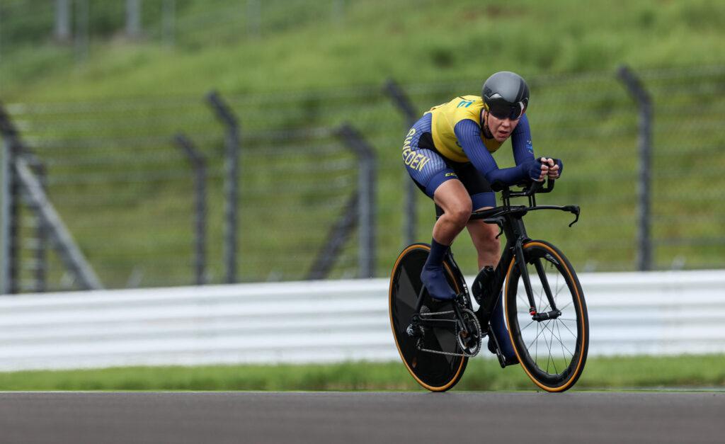 Anna Beck i tempoloppet på Fuji International Speedway på Paralympics i Tokyo.