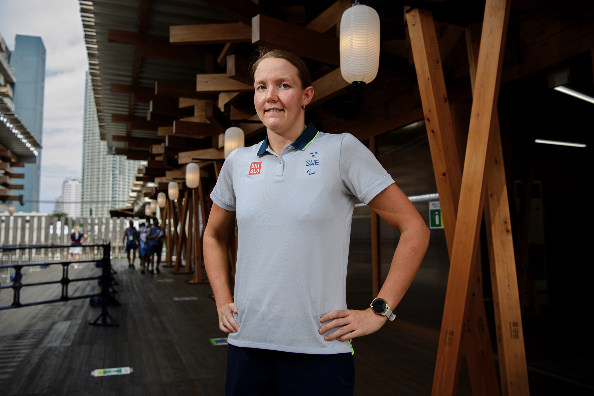 Pernilla Lindberg står med händerna i sidorna på Paralympic Plaza i Tokyo.