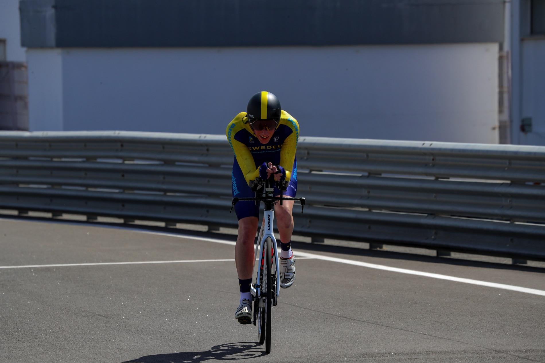 Tävlingscyklisten Daniel Strandberg på en landsväg.