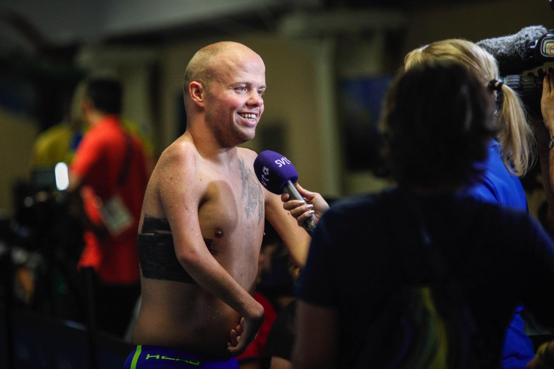 Simmaren Mikael Fredriksson blir intervjuad av SVT på Paralympics i Rio de Janeiro 2016.