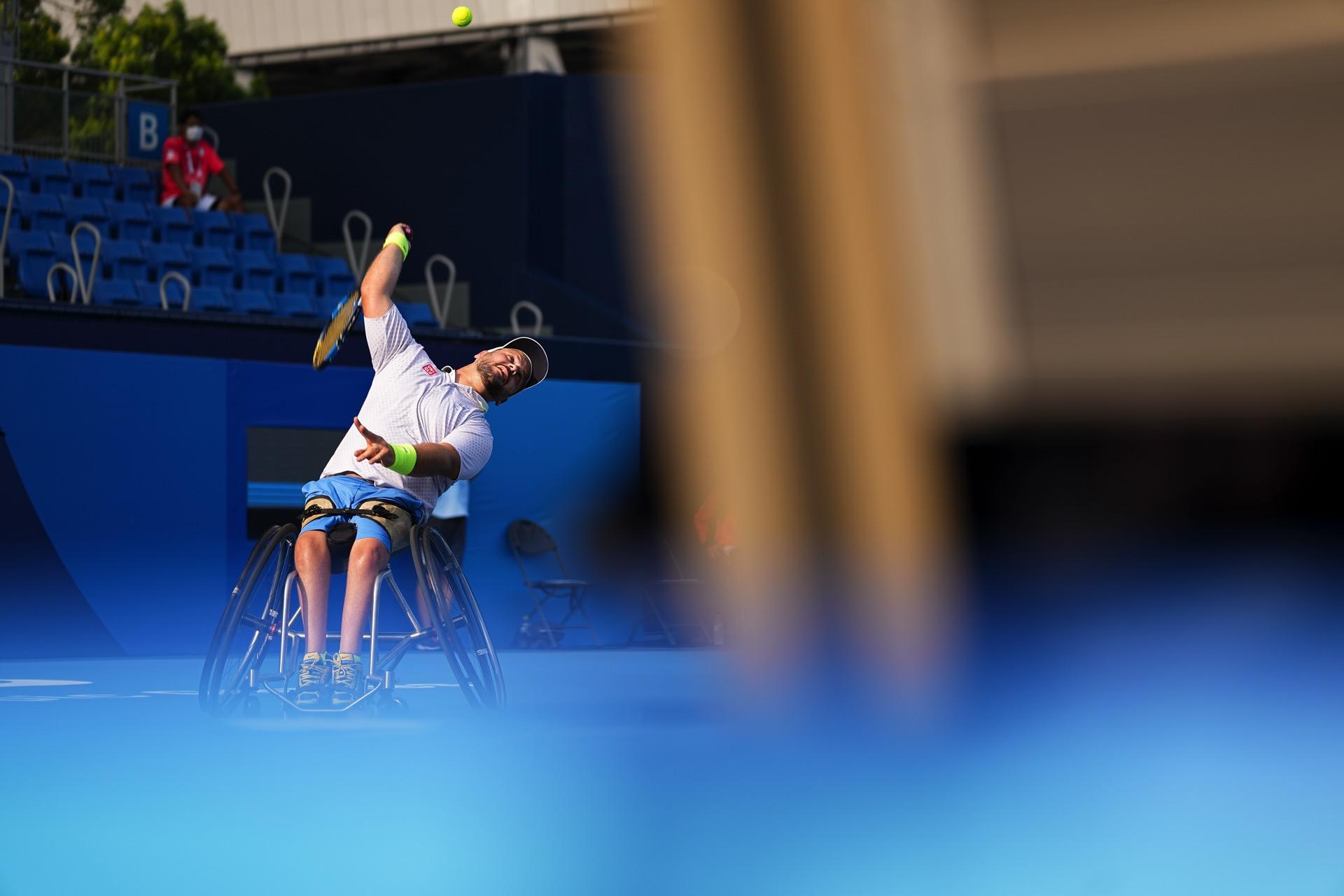 Rullstolstennisspelaren Stefan Olsson skickar iväg en serv på Paralympics i Tokyo 2021.