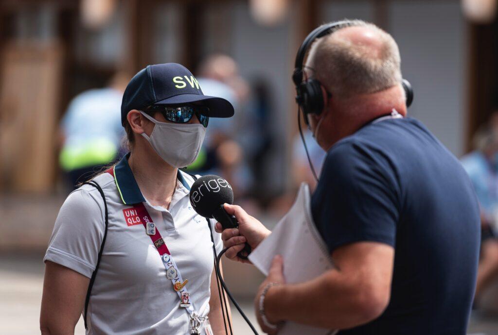 Nicolina Pernheim blir intervjuad av Radiosportens Lasse Persson.
