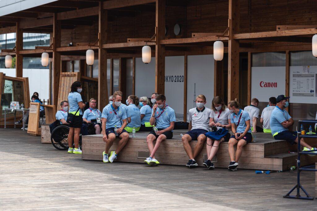 Den svenska truppen på Paralympic Plaza.