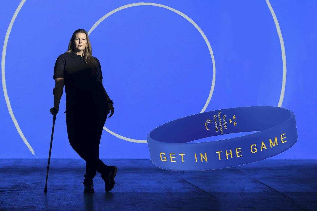 Sportskytten Anna Normann står framför en blå bakgrund. Bredvid henne syns en inklippt och förstorad