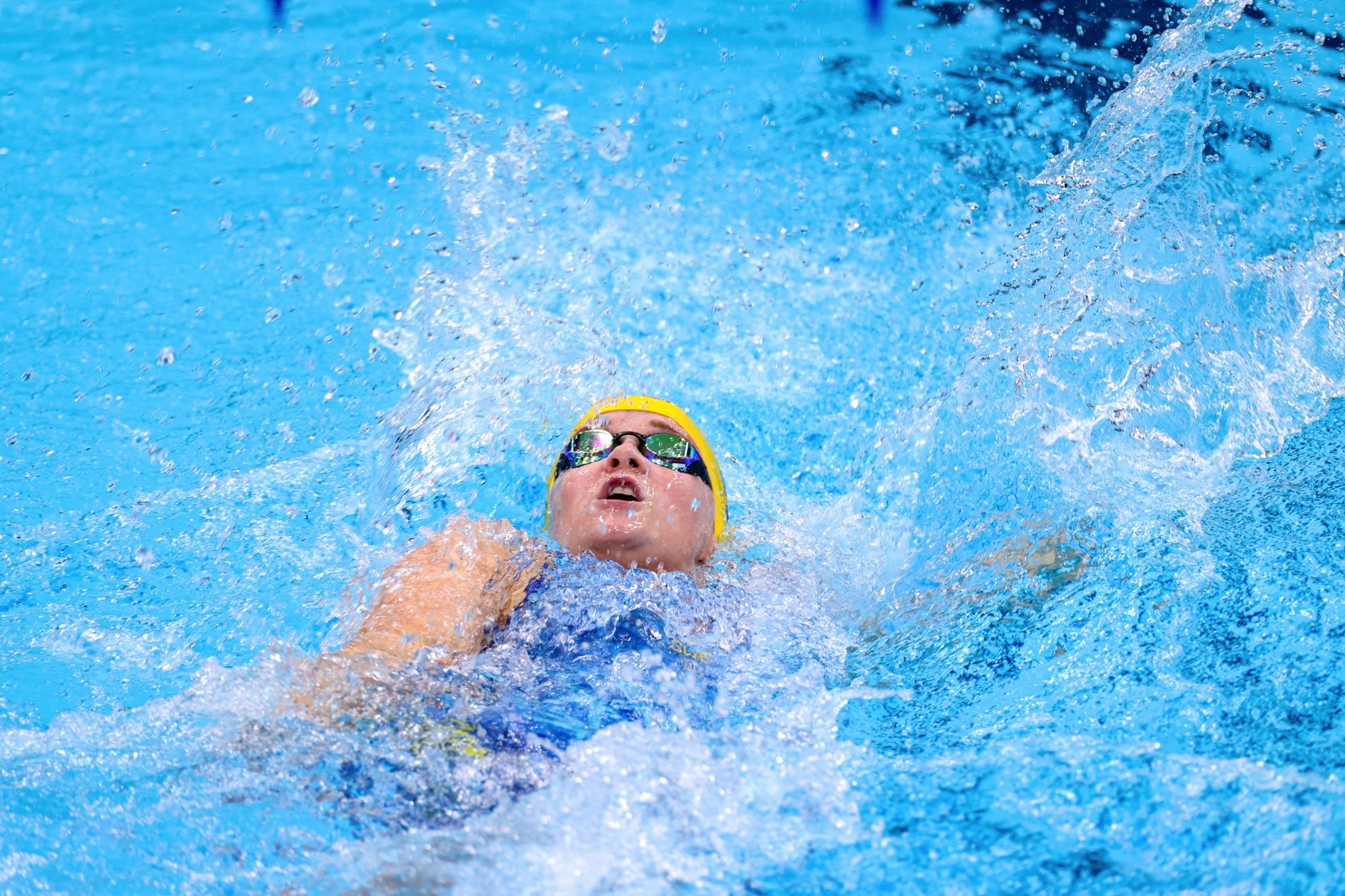 Lina Watz simmar 100 meter ryggsim på Paralympics i Tokyo 2021.