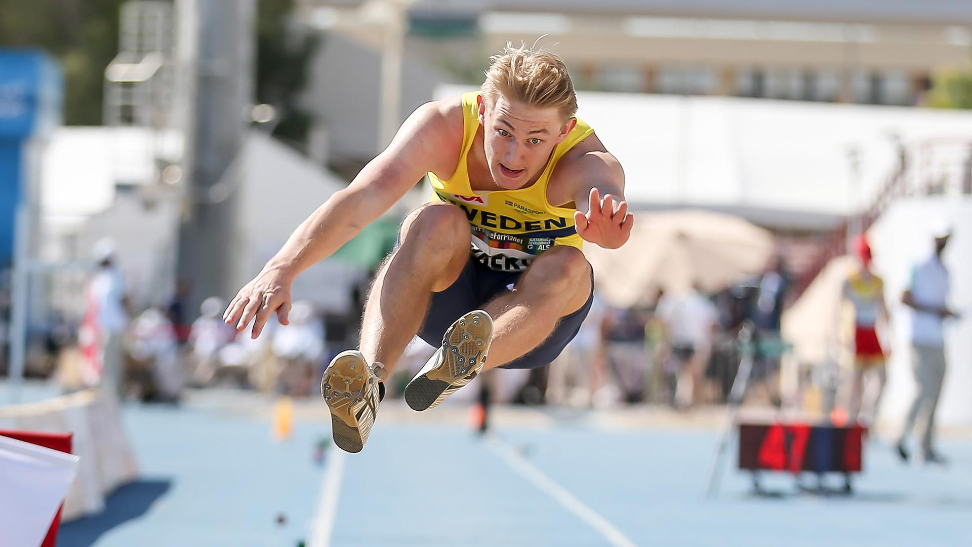Olof Ryberg mitt i ett längdhopp.